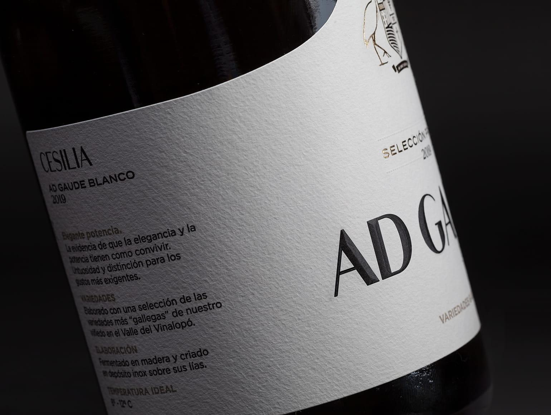 Detalle etiqueta de vino Ad Gaude Blanco 2019